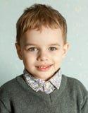 Le petit homme est étonné et si heureux à son sujet Image libre de droits