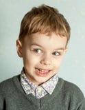 Le petit homme est étonné et si heureux à son sujet Images libres de droits