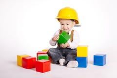 Le petit ingénieur avec le casque joue des cubes photos libres de droits