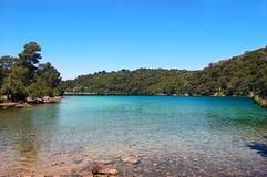Le petit lac sur l'île de parc national de Mjet Images stock