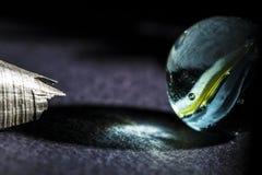 Le petit macro de marbre en verre et un métal rapiècent Image stock