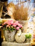 Le petit mis en pot rose s'est levé sur une belle table photo stock