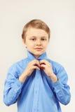 Le petit monsieur mignon a attaché la chemise lumineuse Image libre de droits