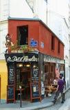Le Petit Moulin是位于蒙马特的法国传统咖啡馆,巴黎,法国 库存图片