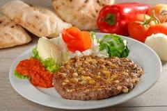 Le petit pâté traditionnel d'hamburger de Presliced a appelé le pljeskavica image stock