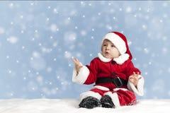 Le petit père noël dans la neige Image stock