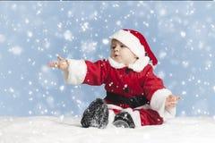 Le petit père noël dans la neige Images stock