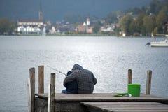 Le petit pêcheur avec son frère dans le lac dans Switzerlan photographie stock libre de droits