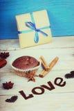 Le petit pain de chocolat, le boîte-cadeau, la forme de coeur et le mot aiment Photos libres de droits