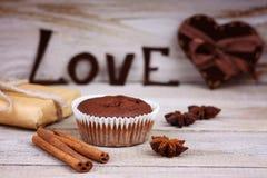 Le petit pain de chocolat, le boîte-cadeau, la forme de coeur et le mot aiment Photographie stock