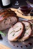 Le petit pain de cuisse de la Turquie a bourré Rosemary, thym, persil, beurre et lard sur le dessus avec de la sauce épicée à Bla Photos libres de droits