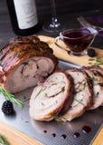 Le petit pain de cuisse de la Turquie a bourré Rosemary, thym, persil, beurre et lard sur le dessus avec de la sauce épicée à Bla Images libres de droits