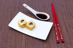 Le petit pain de la Californie avec des saumons et le mallotto eggs sur le bambou Photographie stock