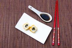 Le petit pain de la Californie avec des saumons et le mallotto eggs sur le bambou vu d'en haut Photos libres de droits