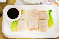 Le petit pain de nouille de riz de vapeur bourré du porc et du légume a servi dessus images stock