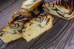 Le petit pain de pavot a coupé en même morceaux image libre de droits