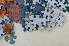 Le petit papier coloré déconcerte dans une pile sur une table grise images stock