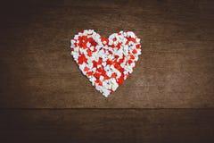 Le petit papier en forme de coeur a arrangé un grand coeur Images stock
