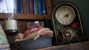 Le petit pendule décoratif générique cassé balance sur l'horloge cassée clips vidéos