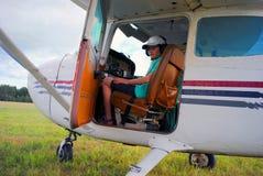 Le petit pilote dans la carlingue apprend à conduire les avions Images libres de droits