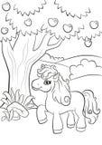 Le petit poney mignon se tient sous le pommier Images stock