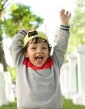 Le petit portrait drôle de plan rapproché de garçon dans la bonne humeur image stock