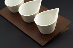 Le petit positionnement de cuisine de 3 vases sur le métal a rouillé support Images libres de droits