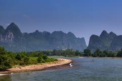 Le petit radeau dans Li River avec la chaux grande fait une pointe à l'arrière-plan près de Yangshuo en Chine Images stock