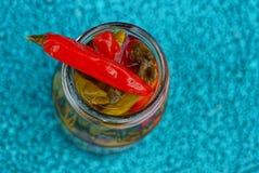Le petit rouge a mis en boîte le poivre sur un pot en verre Image stock