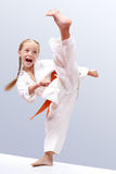 Le petit sportwoman est une jambe circulaire de coup-de-pied de battement Images libres de droits
