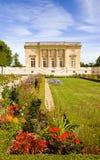 Le Petit Trianon dietro il giardino fotografie stock libere da diritti