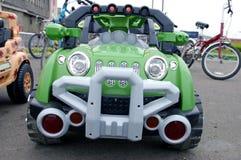 Le petit véhicule vert. Le jouet de pépinière. Photos libres de droits