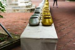 Le petits argent de couleur de cuvette d'aumône du ` s de moine et d'or, aumône du ` s de moine cintrent photographie stock libre de droits
