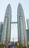 Le Petronas domine (Kuala Lumpur, la Malaisie) Images libres de droits