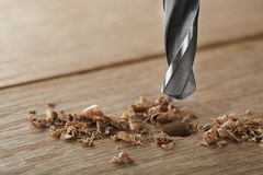 Le peu de foret en métal fait des trous dans la planche en bois de chênes photos libres de droits