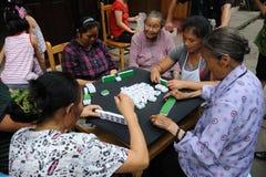 Le peuple chinois joue le mahjong Photographie stock libre de droits