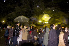 Le peuple japonais de veille d'an neuf prie le tombeau de temple Photographie stock