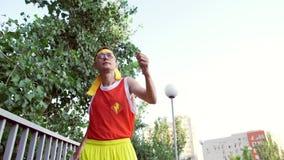 Le phénomène mince drôle de type dans des vêtements de sports marche avant de pulser banque de vidéos