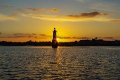 Le phare avec le coucher du soleil est jaune Photographie stock libre de droits