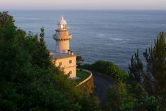 Le phare d'Igueldo dans la ville de San Sebastian Photographie stock libre de droits