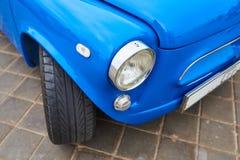 Le phare d'une vieille petite voiture image stock
