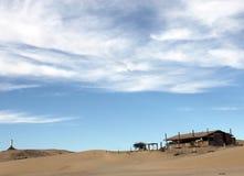 Le phare de émiettage ruine le logement abandonné sur Shoreline de mer de Cortez près de l'EL Golfo De Santa Clara, Sonora, Mexiq Image stock