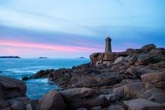 LE PHARE de σημαίνει Ruz, Ploumanach, Βρετάνη, Γαλλία στο ηλιοβασίλεμα Στοκ Εικόνες