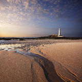 Le phare de St Mary au coucher du soleil images stock