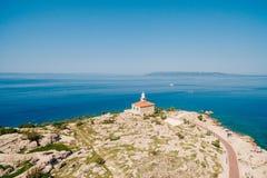 Le phare en pierre blanc s'est établi sur la côte en Mer Adriatique Cle Photos libres de droits