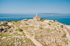 Le phare en pierre blanc s'est établi sur la côte en Mer Adriatique Cle Photographie stock