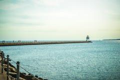 Le phare est de brise-lames de deux ports avec le filtre de style d'Instagram s'est appliqué photos libres de droits