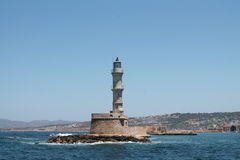 Le phare est situé sur l'île en Grèce Photographie stock libre de droits