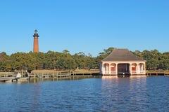 Le phare et le boathouse de plage de Currituck près de la corolle, nord photo stock