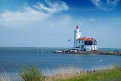 Le phare isolé se tient sur la broche en mer près du village Image libre de droits